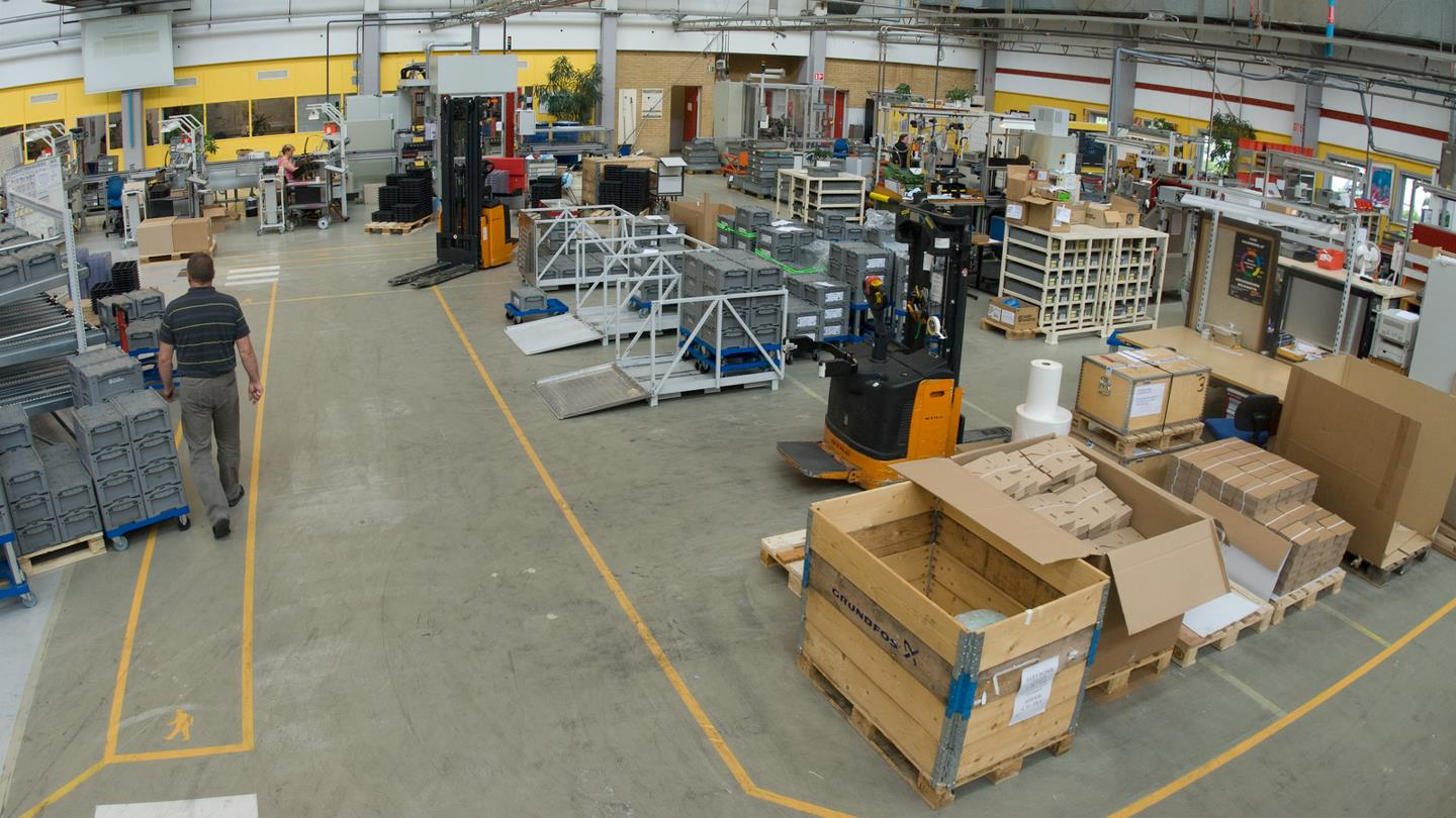 Production hall at Sauer-Danfoss and orange fork lift trucks