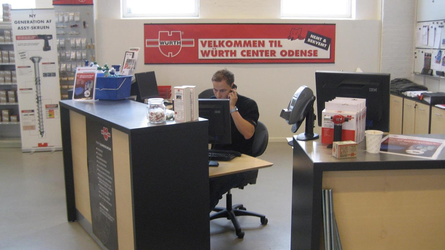 Man from Würth sits at his desk busy on the telephone